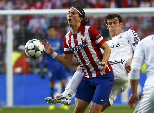 Atletico Madrid's Filipe Luis (L) is challenged by Real Madrid's Gareth Bale during their Champions League final soccer match at Luz stadium in Lisbon, May 24, 2014. REUTERS/Michael Dalder (PORTUGAL - Tags: SPORT SOCCER)