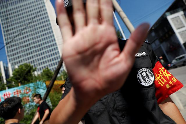 <p>A security agent gestures near the site of a blast outside the U.S. Embassy in Beijing, China, July 26, 2018. (Photo: Damir Sagolj/Reuters) </p>