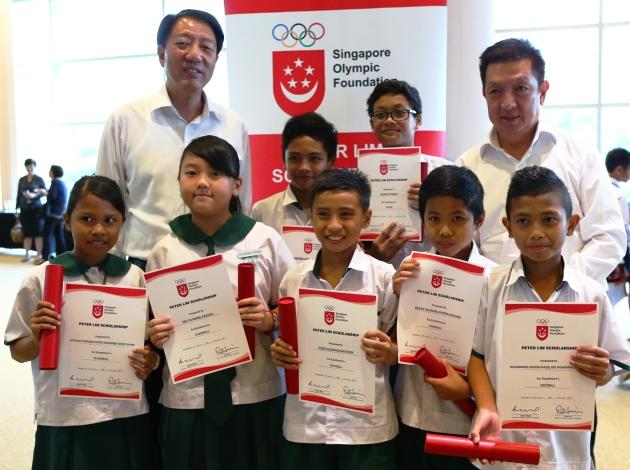 Guest-of-honour Deputy Prime Minister Teo Chee Hean and Peter Lim with primary school recipients of the scholarship. (Photo: Singapore Olympic Foundation-Peter Lim Scholarship)