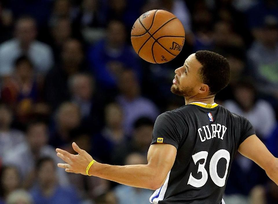 Stephen Curry scored 29 points as the Golden State Warriors fought back from a 22-point deficit to land a psychological blow against the San Antonio Spurs, 110-98, at AT&T Center in San Antonio, Texas, on March 29, 2017 (AFP Photo/Jamie Squire)
