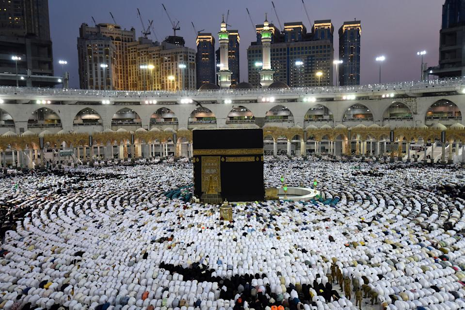 Muslims pray and gather around the holy Kaaba at the Great Mosque during the holy fasting month of Ramadan in Mecca, Saudi Arabia, May 26, 2019. REUTERS/Waleed Ali