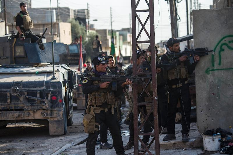 Iraqi special forces 2nd division soldiers engage with Islamic State (IS) group fighters in Mosul on November 13, 2016