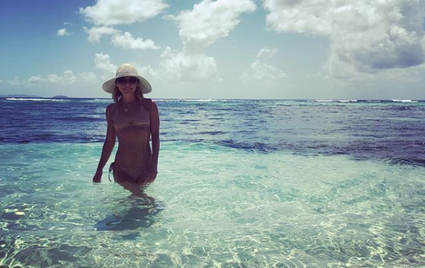 Kelly Ripa received backlash for flashing her abs in a vacation photo. (Photo: Instagram/instasuelos)