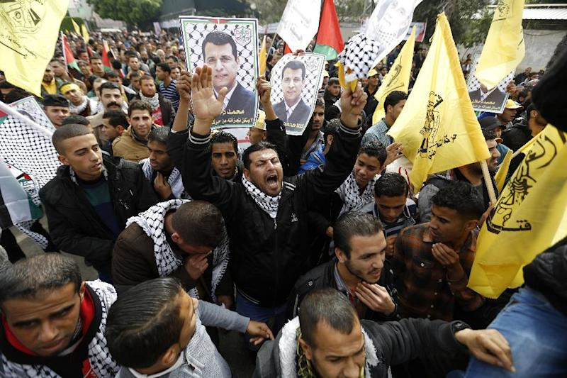 Palestinian supporters of dismissed senior Fatah leader Mohammed Dahlan shout slogans during a protest to support him on December 18, 2014 in Gaza City (AFP Photo/Mohammed Abed)