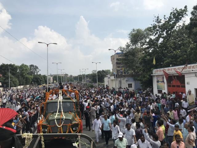<p>People gathered during the funeral procession of former Prime Minister Ata Bihari Vajpayee. </p>