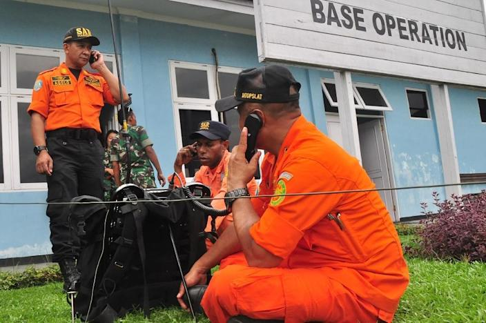 Indonesian search and rescue personnel at the command post at Sentani airport in Jayapura communicate with the ground rescue team at the plane crash site in Oksibil on August 18, 2015 (AFP Photo/Indrayadi Thamrin)