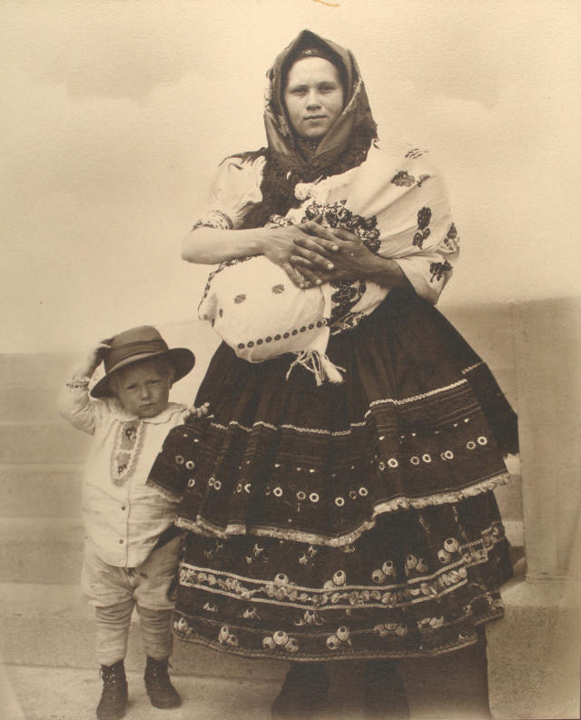 <p>Slovak woman and children. (Photograph by Augustus Sherman/New York Public Library) </p>