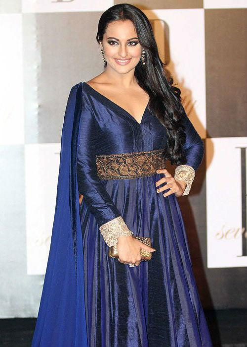 """<b>Sonakshi Sinha:</b><br>The tall beauty has a big fore head and the hair style camouflages the shape of the face, making it more narrow. She should try more of these!<br><span style=""""font-size:11.0pt;""""></span>"""