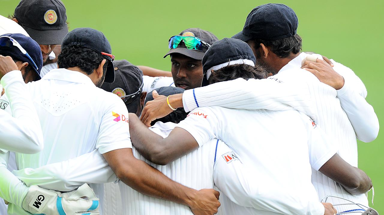 Sri Lankan captain Angelo Mathews (C) and teammates chat during the final day of the second cricket Test match between Pakistan and Sri Lanka at the Dubai International Cricket Stadium in Dubai on January 12, 2014. AFP PHOTO/Ishara S. KODIKARA