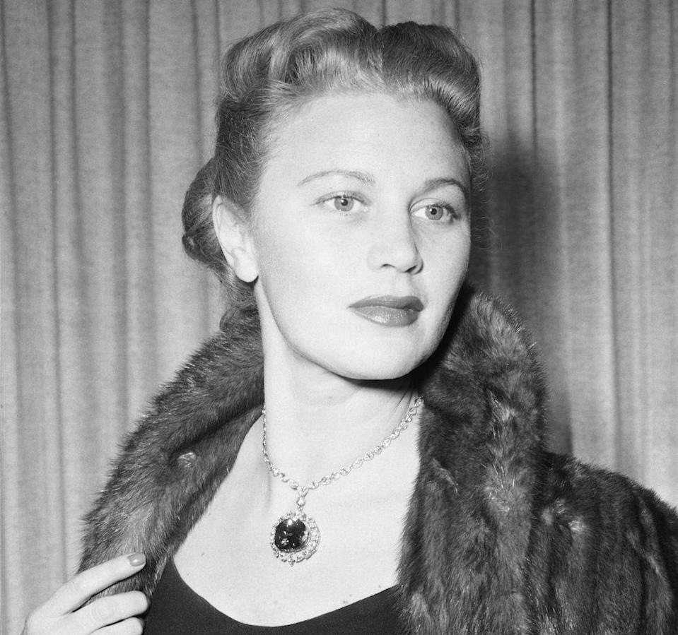<p>Jeweler Harry Winston donates the famous Hope diamond to the Smithsonian Institute.  </p>