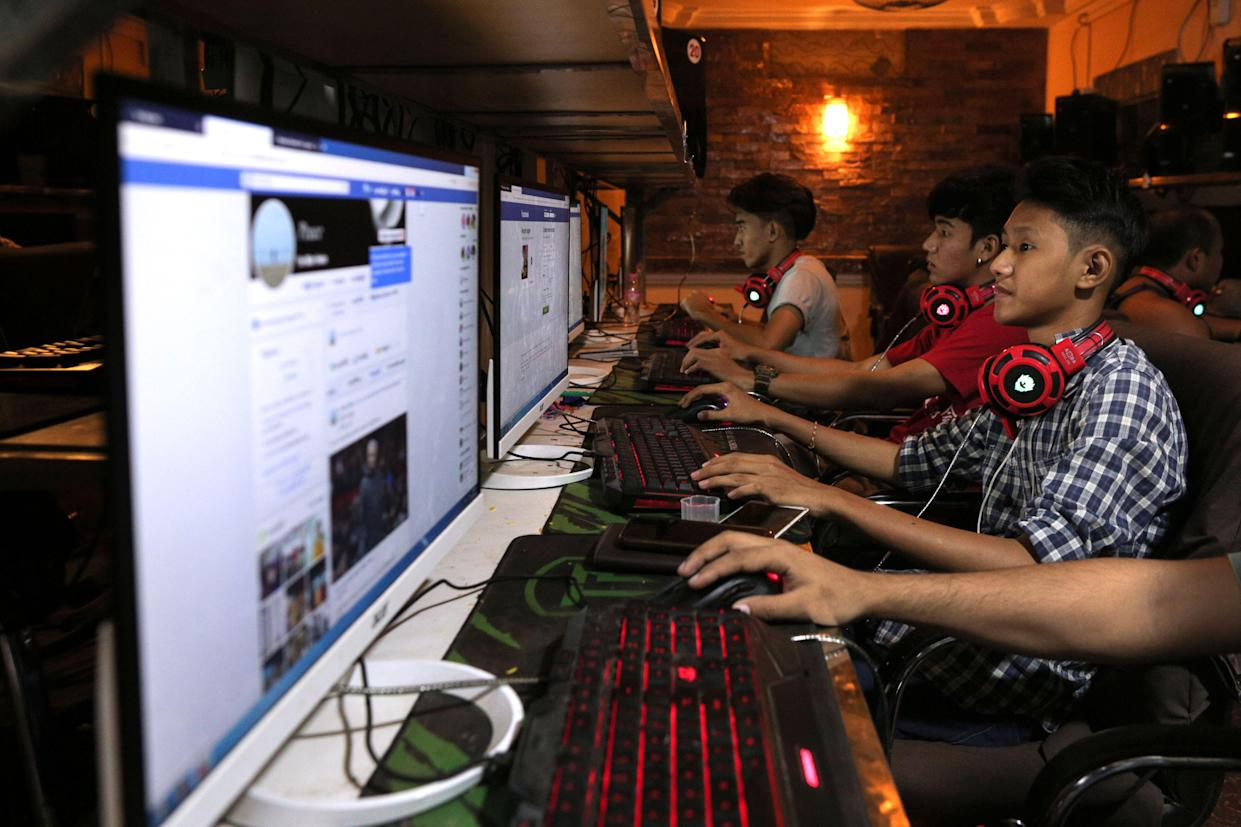 This picture taken on December 18, 2018 shows Myanmar youths browsing their Facebook page at an internet shop in Yangon. (Photo by Sai Aung MAIN / AFP) (Photo credit should read SAI AUNG MAIN/AFP/Getty Images)
