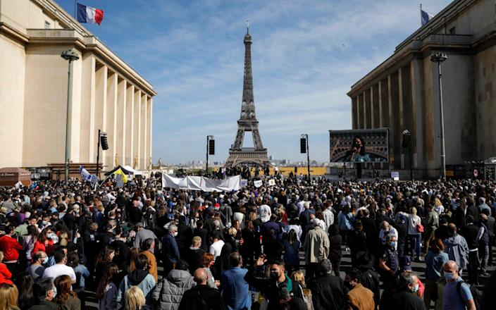 A crowd of protesters gather in front of the Eiffel Tower-GEOFFROYVAN DER HASSELT / AFP & # xa0;