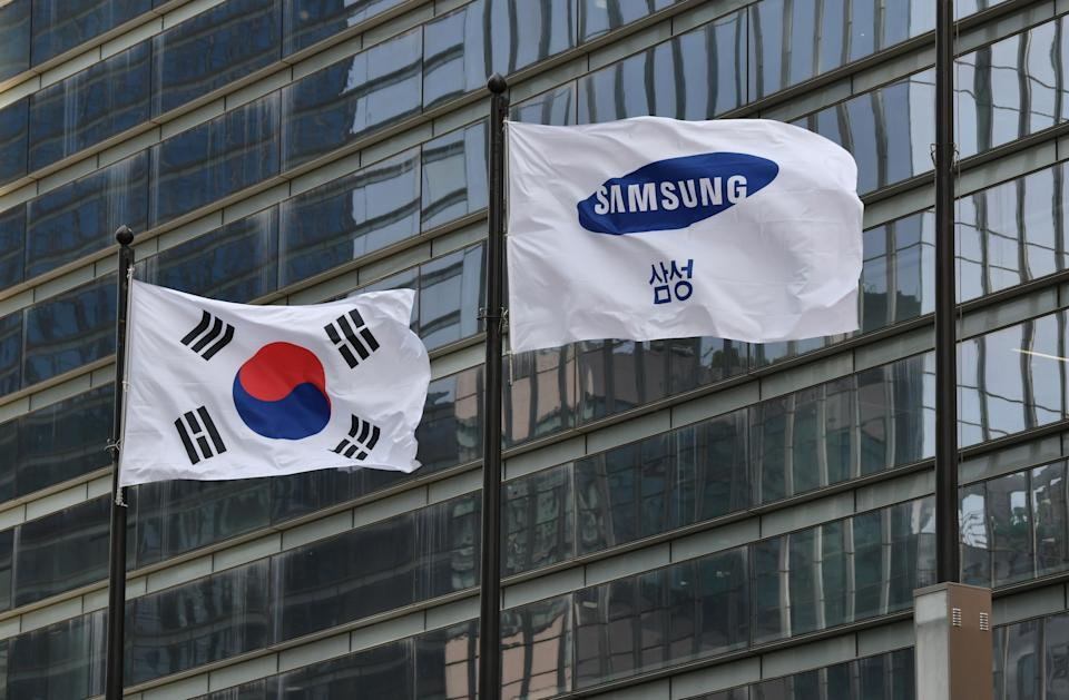A Samsung flag (R) and South Korean national flag flutter outside the company's Seocho building in Seoul on May 6, 2020. - The heir to the Samsung empire bowed in apology on May 6 for company misconduct including a controversial plan for him to ascend to the leadership of the world's largest smartphone maker. (Photo by Jung Yeon-je / AFP) (Photo by JUNG YEON-JE/AFP via Getty Images)