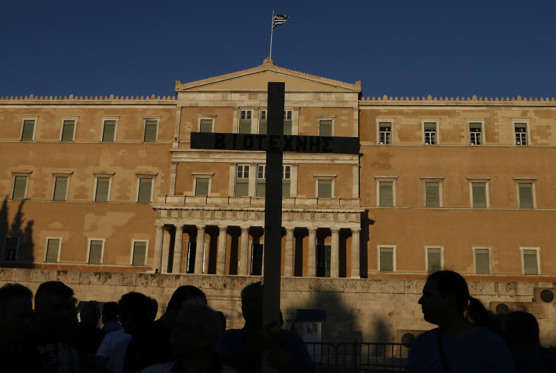 Greece woos tourists with longer shopping hours
