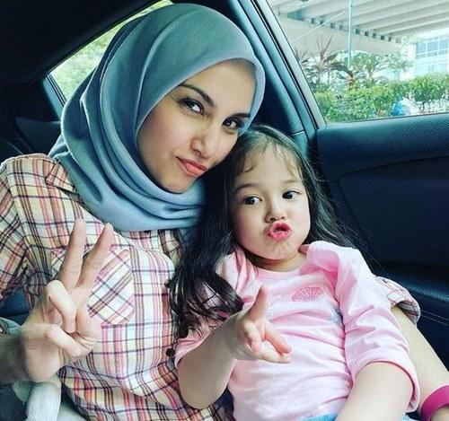 Fiza with her youngest daughter