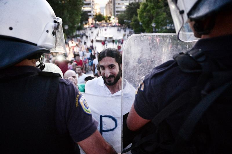 Police blocks refugees protesting in front of the Greek parliament in Athens, calling for faster relocation and the opening of borders (AFP Photo/Louisa Gouliamaki)