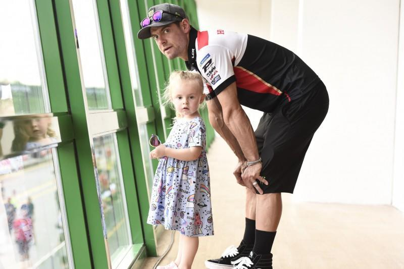 "Familienmensch: Cal Crutchlow mit Tochter Willow<span class=""copyright"">Motorsport Images</span>"