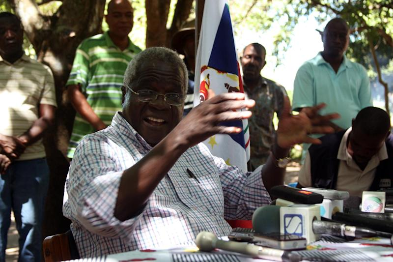 Mozambican opposition Renamo leader Afonso Dhlakama gives a press conference on April 10, 2013 in the Gorongosa mountains (AFP Photo/Jinty Jackson)