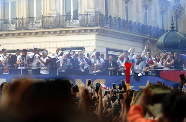 BOR129. Paris (France), 16/07/2018.- France's national soccer team players are greeted by French supporters as they stand on the rooftop of a bus during a parade down the Champs-Elysee avenue in Paris, France, 16 July 2018. France won 4-2 the FIFA World Cup 2018 final against Croatia in Moscow, on 15 July. (Croacia, Mundial de Fútbol, Moscú, Francia) EFE/EPA/GUILLAUME HORCAJUELO