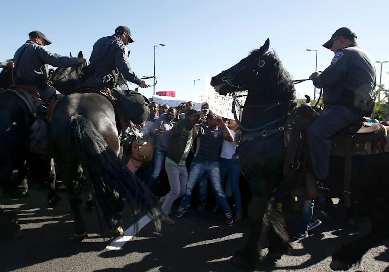 Israelis from the Ethiopian community in Jerusalem clash with Israeli policemen during a demonstration near a major junction in the city on April 30, 2015 demanding for investigation into alleged police brutality against Africans living in Israel (AFP Photo/Gali Tibbon)