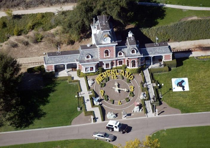 An aerial photo shows a Santa Barbara County Sheriff's vehicle in front of singer Michael Jackson's Neverland Ranch November 18, 2003 outside of Santa Barbara, California. (Photo by Frazer Harrison/Getty Images)
