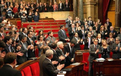 Catalonian regional leader Artur Mas (bottom 3rdR) applauds during Catalonia's parlament on January 23, 2013