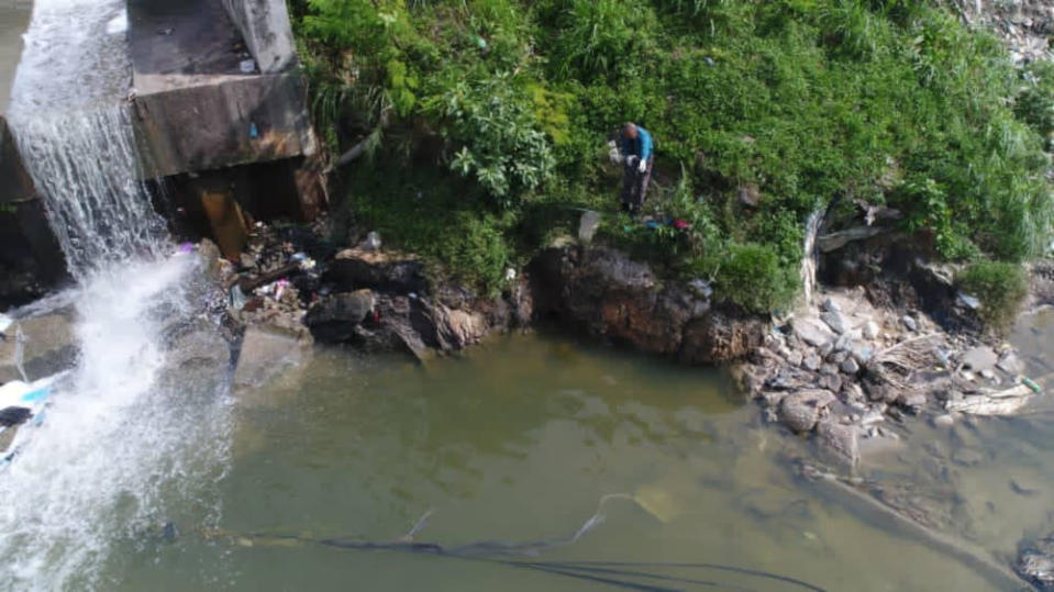 The river water's quality being assessed by personnel, during the department's investigation into the cause of the dead fishes along Sungai Damansara. — Picture courtesy of Selangor Department of Environment