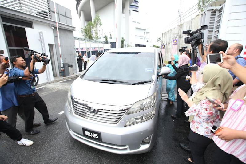 A silver Toyota Alphard believed to be ferrying Tan Sri Musa Aman exits the compound of the MACC headquarters September 6, 2018. ― Picture by Azinuddin Ghazali