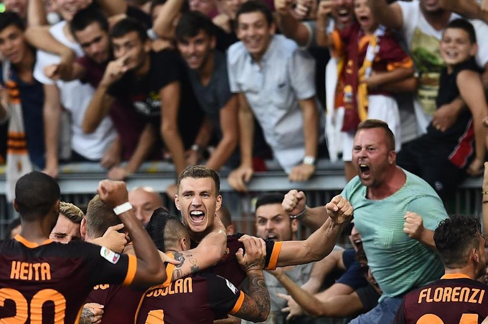Roma forward Edin Dzeko (C) celebrates with teammates after scoring during the Serie A match against Juventus on August 30, 2015 at the Olympic stadium in Rome (AFP Photo/Filippo Monteforte)