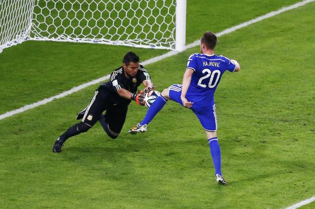 Argentina's goalkeeper Sergio Romero makes a save on a shot by Bosnia's Izet Hajrovic during their 2014 World Cup Group F soccer match at the Maracana stadium in Rio de Janeiro June 15, 2014. REUTERS/Ricardo Moraes (BRAZIL - Tags: SOCCER SPORT TPX IMAGES OF THE DAY WORLD CUP)