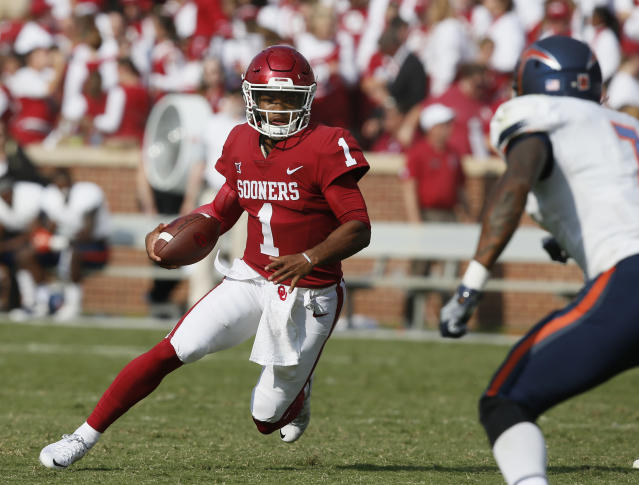 "<a class=""link rapid-noclick-resp"" href=""/ncaaf/players/255122/"" data-ylk=""slk:Kyler Murray"">Kyler Murray</a> (1) is considered by many to be the favorite to succeed <a class=""link rapid-noclick-resp"" href=""/ncaaf/players/229650/"" data-ylk=""slk:Baker Mayfield"">Baker Mayfield</a> as Oklahoma's starting quarterback in 2018. (AP Photo/Sue Ogrocki)"