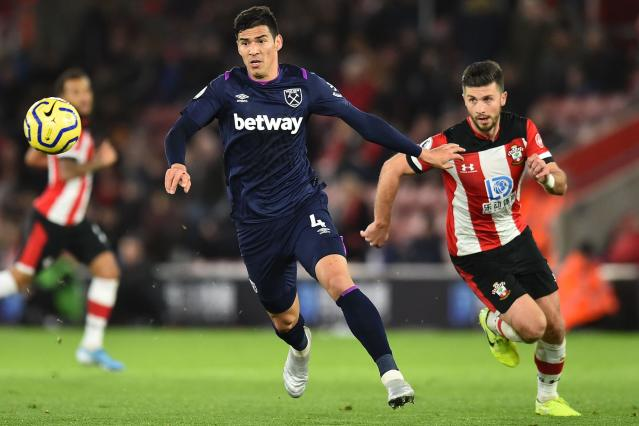 West Ham United's Paraguayan defender Fabián Balbuena vies with Southampton's Irish striker Shane Long. (Credit: Getty Images)