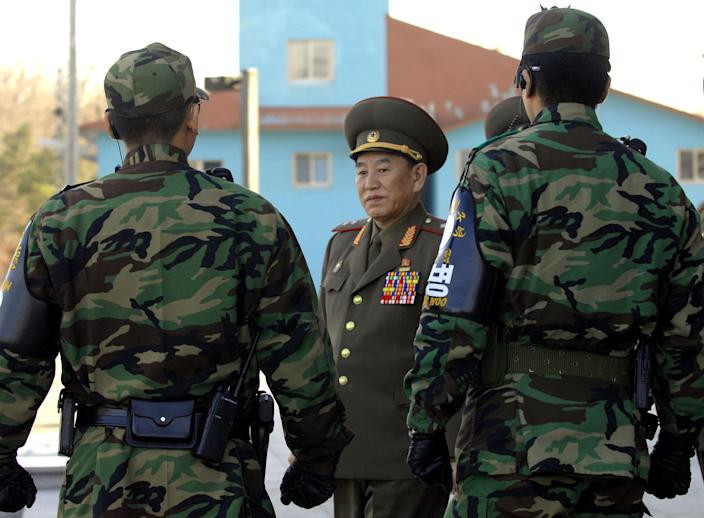 North Korea's chief delegate Kim Yong-Chol (C) walks by South Korean soldiers in Panmunjom, on December 14, 2007 (AFP Photo/Jung Yeon-Je)