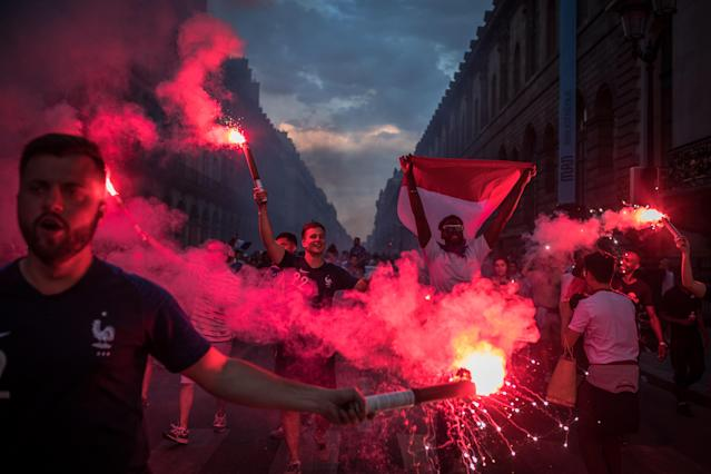 PIL11. Paris (France), 15/07/2018.- French supporters celebrate their team's victory after the FIFA World Cup 2018 final match between France and Croatia, in Paris, France, 15 July 2018. (Croacia, Mundial de Fútbol, Francia) EFE/EPA/ROMAN PILIPEY