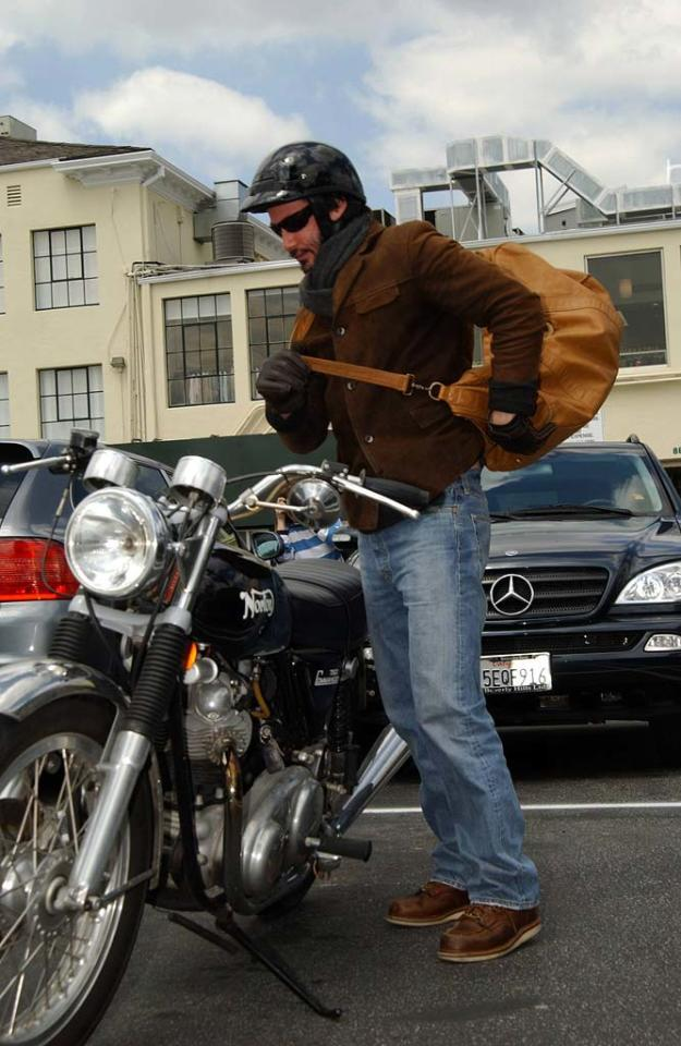 "Keanu Reeves throws on his ""murse"" before hitting the open road. <a href=""http://www.x17online.com"" target=""new"">X17 Online</a> - April 6, 2006"