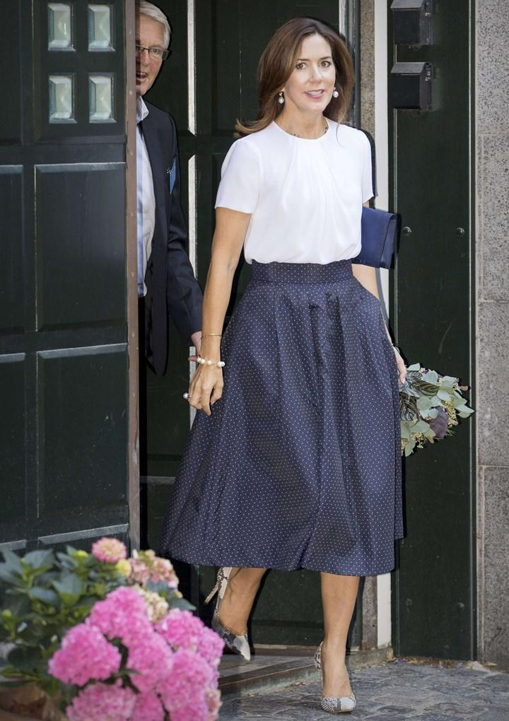Mary does day time chic perfectly in navy and white.
