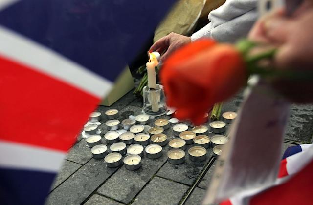 <p>People light candles after a vigil for victims of Saturday's attack in London Bridge, at Potter's Field Park in London, Monday, June 5, 2017.(Photo: Tim Ireland/AP) </p>