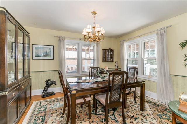 """<p><a href=""""https://www.zoocasa.com/barrie-on-real-estate/5276349-186-steel-st-barrie-on-l4m2g4-s4122163"""" rel=""""nofollow noopener"""" target=""""_blank"""" data-ylk=""""slk:186 Steel St., Barrie, Ont."""" class=""""link rapid-noclick-resp"""">186 Steel St., Barrie, Ont.</a><br> The main floor has the living room, dining room, office and the country kitchen.<br> (Photo: Zoocasa) </p>"""