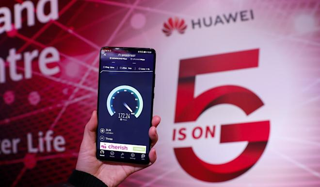 Photo taken on Jan. 28, 2020 shows a Huawei 5G mobile phone testing its speed at the Huawei 5G Innovation and Experience Centre in London, Britain. Photo: Xinhua