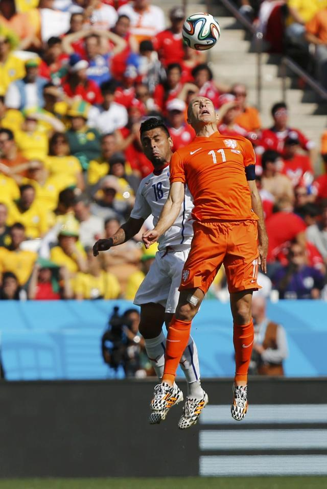 Arjen Robben of the Netherlands (R) fights for the ball with Chile's Gonzalo Jara during their 2014 World Cup Group B soccer match at the Corinthians arena in Sao Paulo June 23, 2014. REUTERS/Maxim Shemetov (BRAZIL - Tags: SOCCER SPORT WORLD CUP)