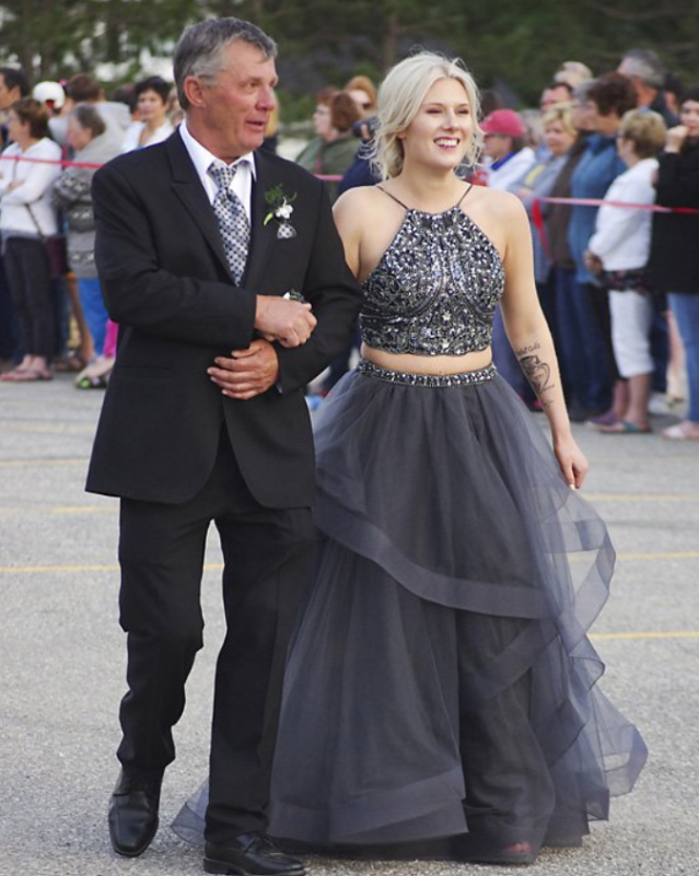 <span>Carson Curtis</span> and Mackenzie  <span>Stewart</span> coordinated their stunning prom ensembles. (Photo: Courtesy of Elizabeth Curtis)