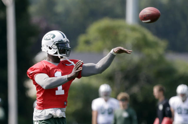 New York Jets' Michael Vick (1) throws a pass at practice during NFL football training camp Friday, July 25, 2014, in Cortland, N.Y. (AP Photo)