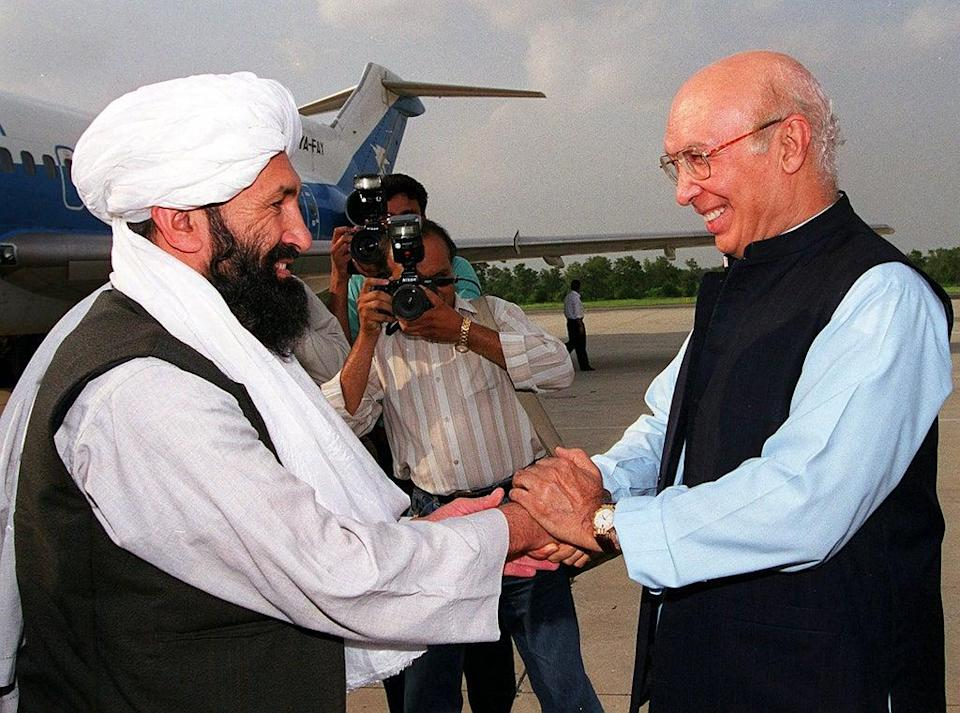 Mullah Hassan Akhund (left) meeting Pakistan's foreign minister Sartaj Aziz in 1999 (AFP via Getty Images)