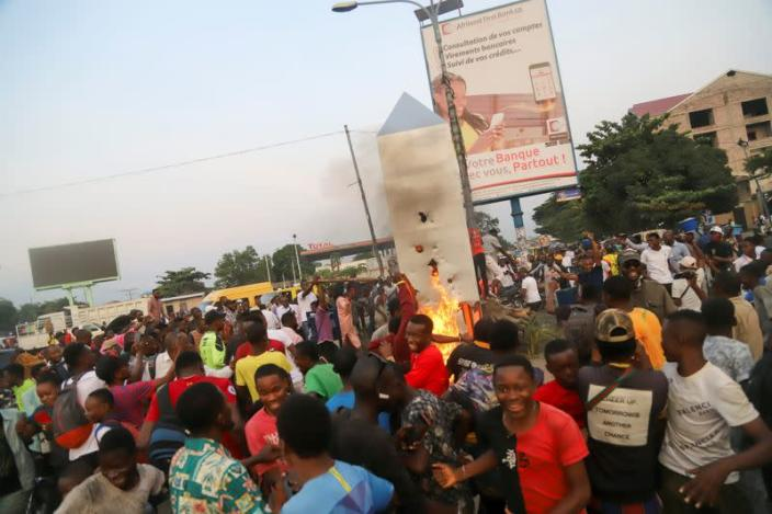 Residents set fire to the mysterious monolith that appeared in Kinshasa