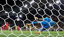 <p>David Ospina can only watch as Kane's penalty goes down the middle of his goal </p>