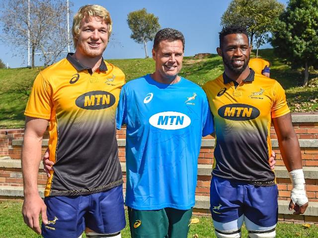 (From L) The Springboks' lock Pieter-Steph du Toit, head coach Rassie Erasmus and flanker Siya Kolisi pose for a photo ahead of a training session in Johannesburg, on May 28, 2018 (AFP Photo/Christiaan Kotze)