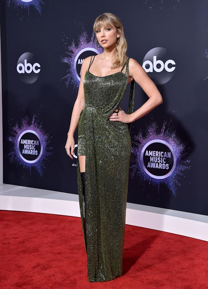 Rocking an evergreen dress dotted in sparkle, Taylor showed off the shorter side of her gown.