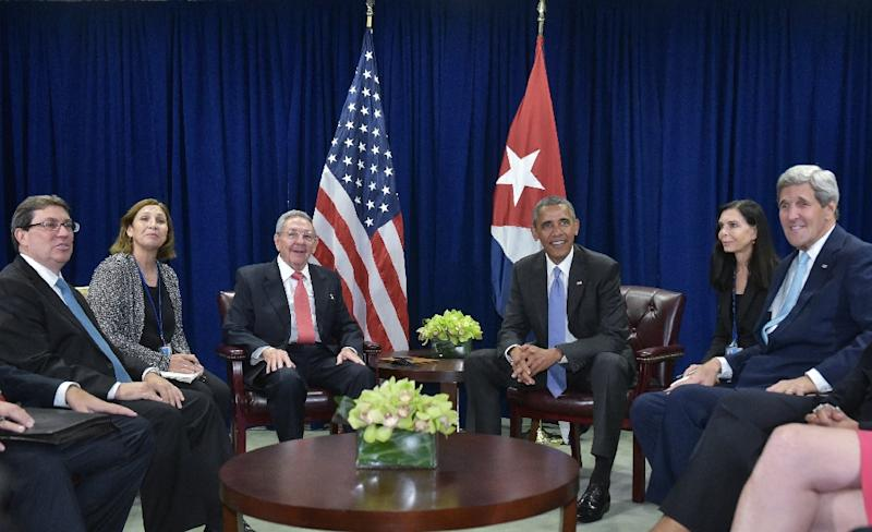 US President Barack Obama (3rd R) and Cuba's President Raul Castro (3rd L) take part in a bilateral meeting on the sidelines of the United Nations General Assembly on September 29, 2015 (AFP Photo/Mandel Ngan)