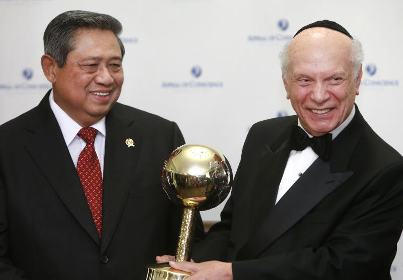President Susilo Bambang Yudhoyono of Indonesia, left, is presented with a World Statesman Award by Appeal of Conscience Foundation President Rabbi Arthur Schneier, Thursday, May 30, 2013 in New York. (AP Photo/Jason DeCrow)
