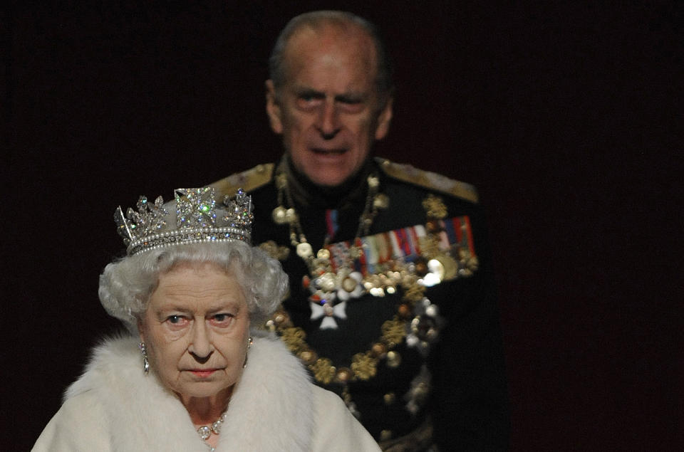 Britain's Queen Elizabeth and her husband Prince Philip leave the Houses of Parliament following the annual State Opening of Parliament in London, November 18, 2009. REUTERS/Toby Melville (BRITAIN POLITICS ROYALS SOCIETY)